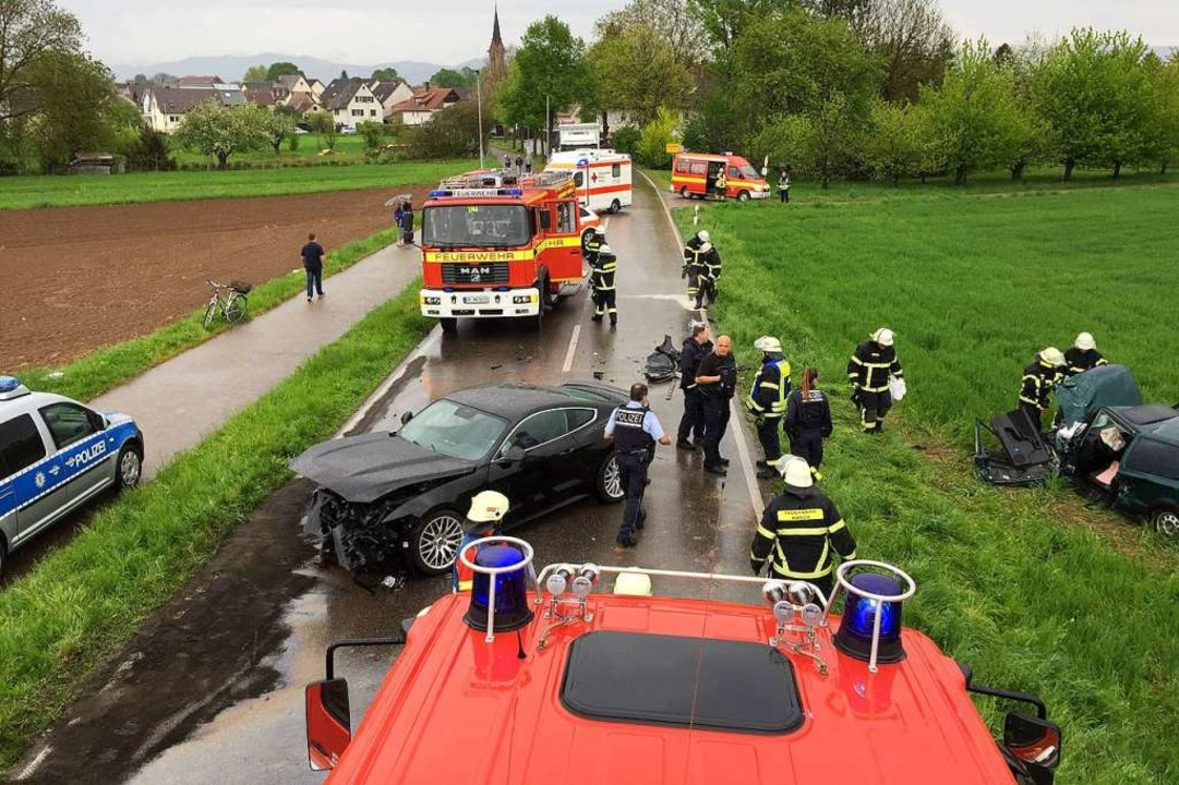 Feuerwehrleute befreiten bei March-Buc... Mustang war frontal auf ihn geprallt.  | Foto: Feuerwehr Eichstetten