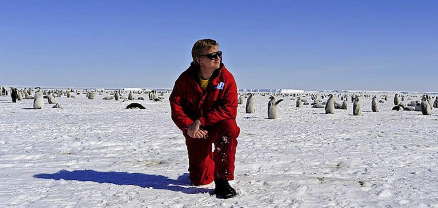 Felix Riess unter Pinguinen    Foto: Felix Riess