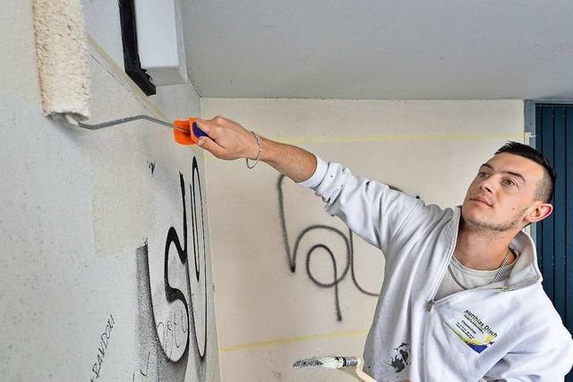 Maler überstreichen ehrenamtlich Schmierereien an über 20 Fassaden