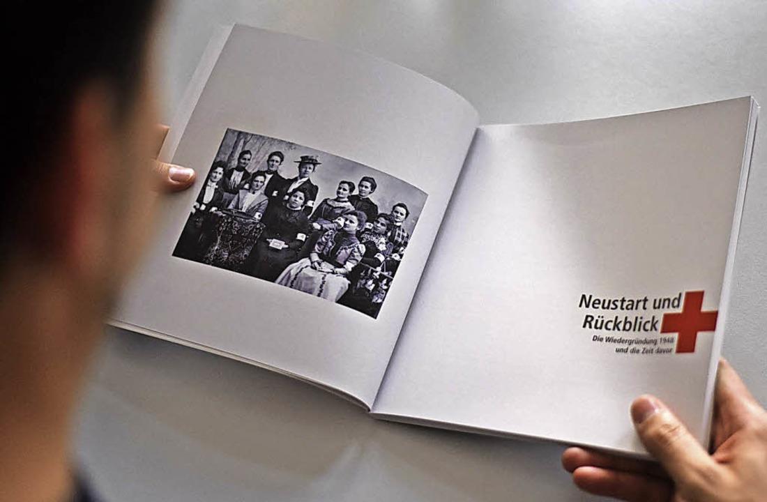 Neustart und Rückblick: Das alte Foto ...in des Roten Kreuzes um das Jahr 1900   | Foto: Jonas Hirt