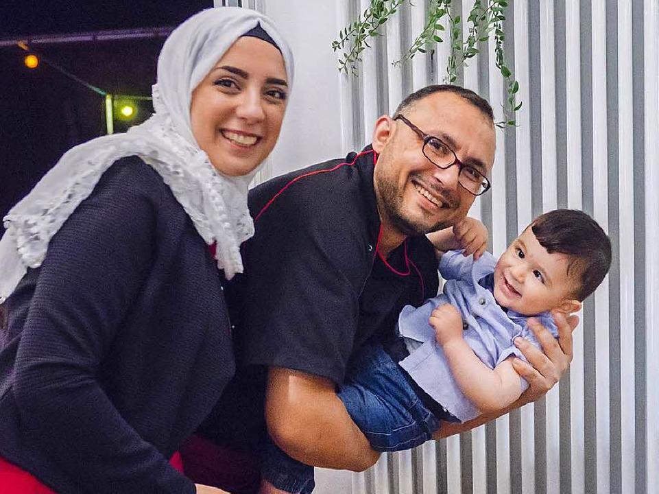 Omar Masoud mit seiner Frau Hana Abd Almutti und seinem einjährigen Sohn.  | Foto: Minz & Kunst