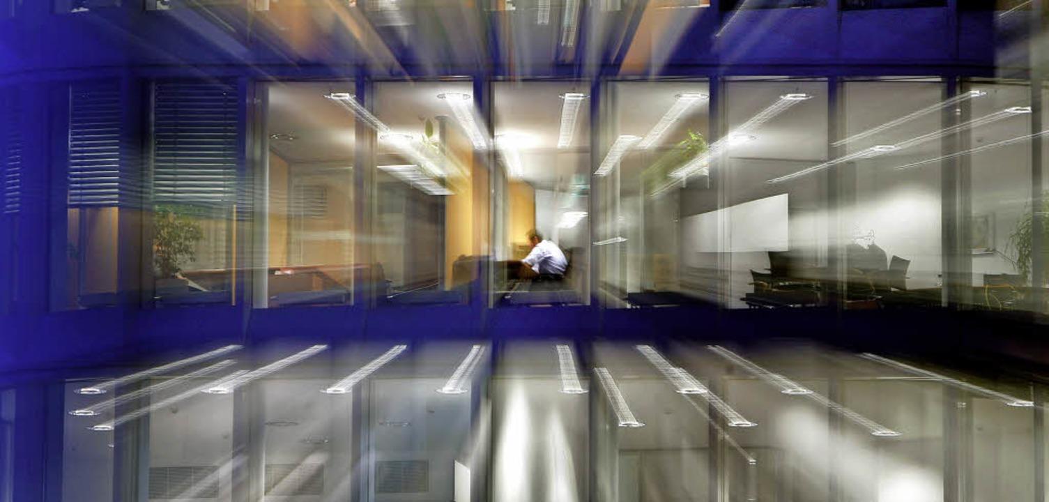 Ein Angestellter sitzt abends in seine... er muss die neue Verordnung beachten.  | Foto: Frank Rumpenhorst (dpa)/Loisl Mink