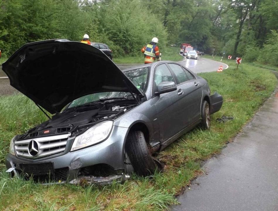 Schwer beschädigt wurde der Mercedes, ...Überholvorgang von der Fahrbahn abkam.  | Foto: polizei