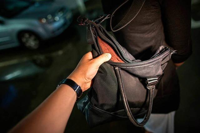Handtasche einer Frau aus offenem Auto geklaut
