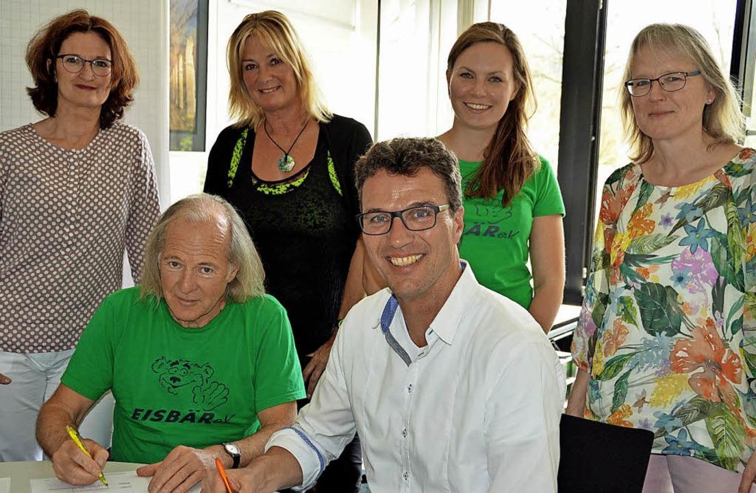 Sie freuen sich über die Unterzeichnun...nd Klassenlehrerin Martina Zegowitz.      Foto: Gerhard Lück