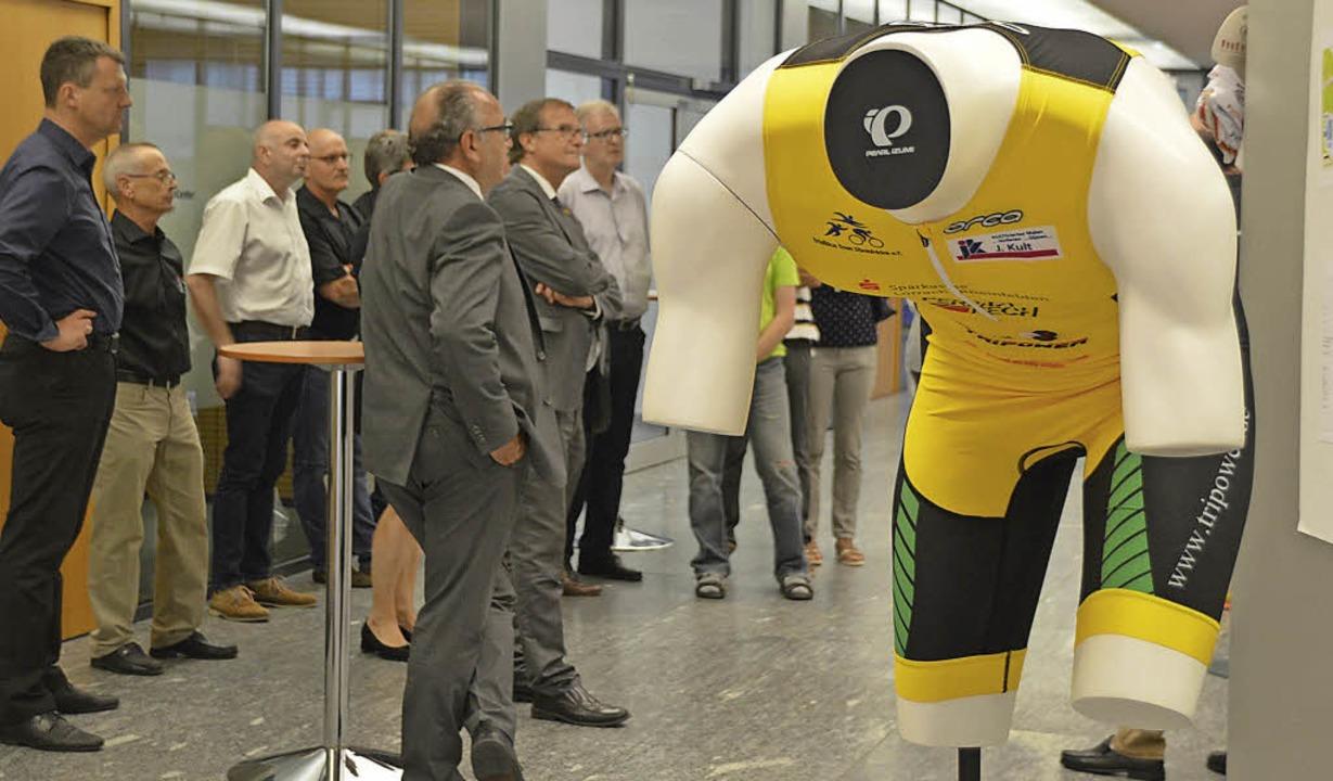 Die Besucher der Vernissage verschafft...n Überblick über zehn Jahre Triathlon.  | Foto: Horatio Gollin