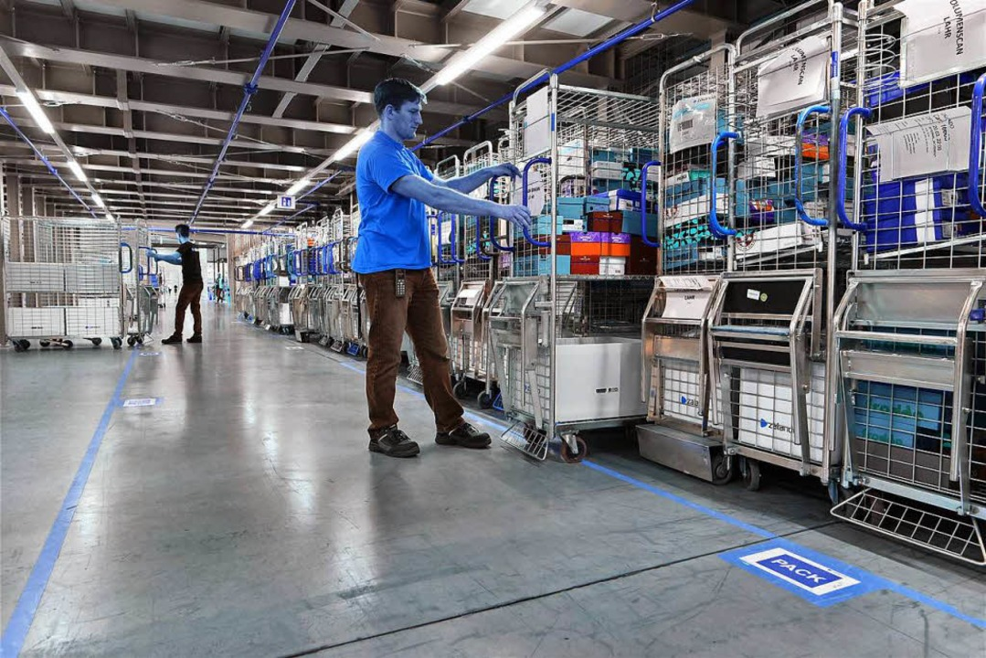In riesigen Hallen lagern die Waren, die von Lahr aus versandt werden.  | Foto: Thomas Kunz