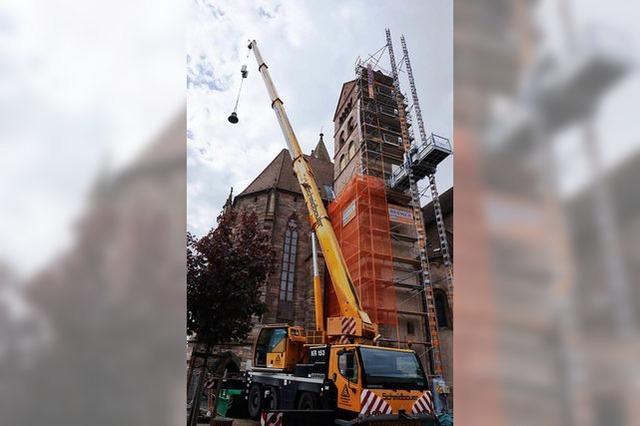 Kran hebt Geläut aus Nordturm des Breisacher Münsters