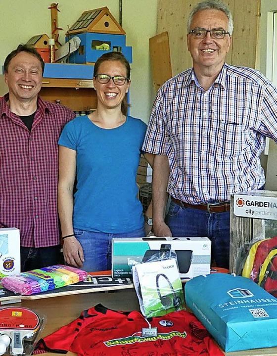 Der  Vorstand des Schulfördervereins: ...nd (von links) mit   Tombola-Spenden.   | Foto: Privat
