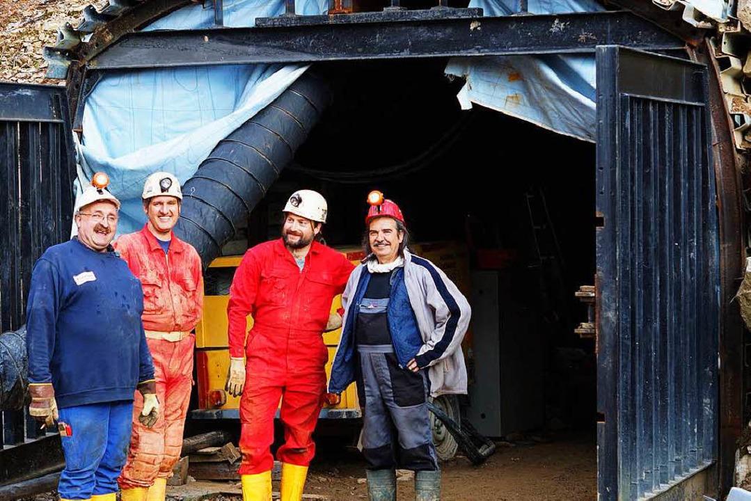 Die  Bergleute vor dem selbstgebauten ...Stollen 4, den sie derzeit frei legen.  | Foto: Verena Wehrle