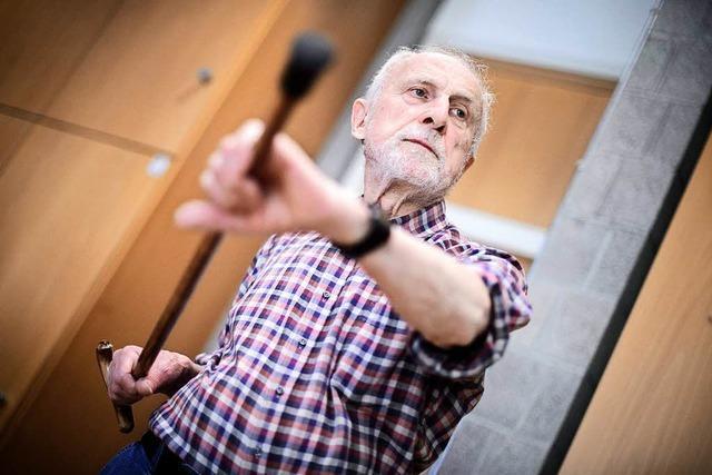 Senioren lernen Selbstverteidigung mit Krückstock