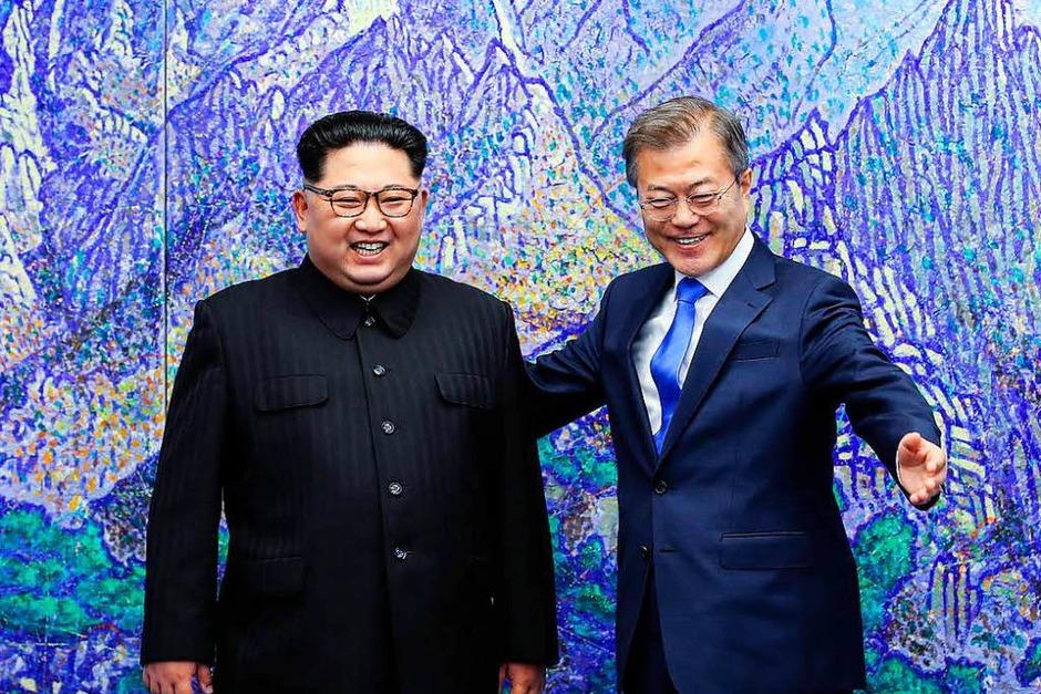 Als erster nordkoreanischer Führer seit dem Ende des Korea-Krieges vor 65 Jahren hat Kim Jong Un die Grenze nach Südkorea überquert. Der Machthaber wurde an der Demarkationslinie im Grenzdorf Panmunjom von Südkoreas Präsident Moon Jae In zu ihrem ersten Gipfeltreffen empfangen. (Foto: AFP)