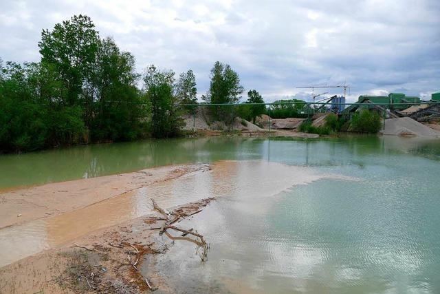 Teil des Baggersees der Firma Uhl wird zugeschüttet