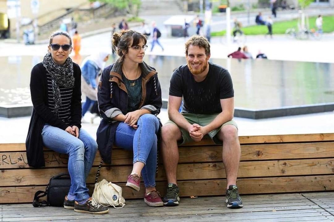 Auf dem Platz der Alten Synagoge sitzen jetzt wieder  viele junge Leute.  | Foto: Ingo Schneider