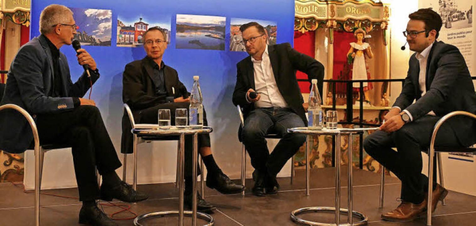 Jonas Hirt (r.) moderierte die Diskuss...er Zeitungen, auch fürs Heimatgefühl.   | Foto: Sylvia Sredniawa