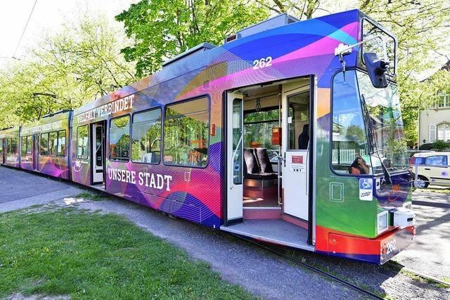 Eine Straßenbahn zeigt die Vielfalt in Freiburg