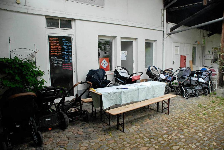 Gleich zehn Kinderwagen parken am erst... im Hof der ehemaligen Drogenberatung.    Foto: Leony Stabla