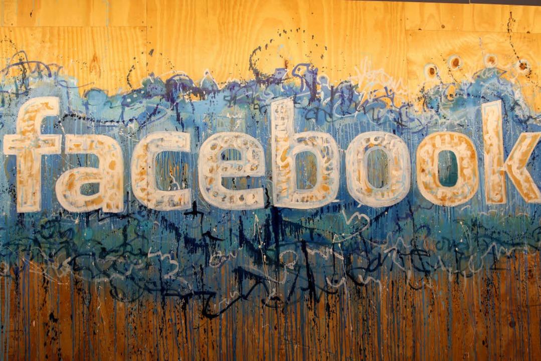 Ein gemalter Schriftzug von Facebook i...ußerhalb der USA und Kanada zuständig.  | Foto: dpa