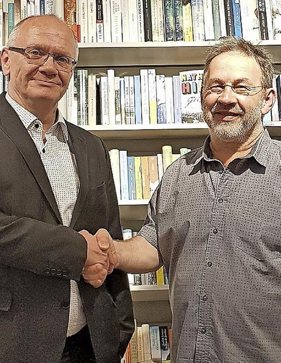 Übergabe: Michael Wetzel von Thalia und Irimbert Kastl (rechts)  | Foto:  Kastl