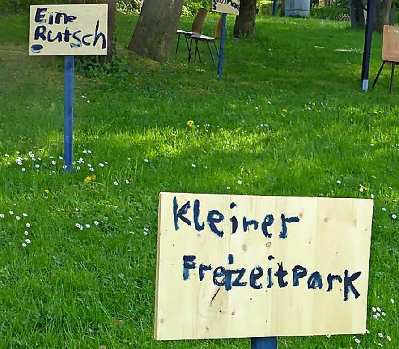 Im Park stehen schon einige Wünsche auf Schilder geschrieben.    Foto: Jochen Fillisch