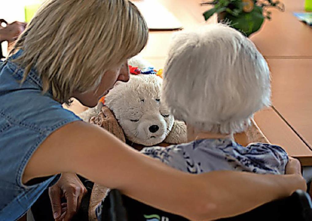 In der Altenpflege  werden  Mitarbeiter gesucht.     Foto:  dpa