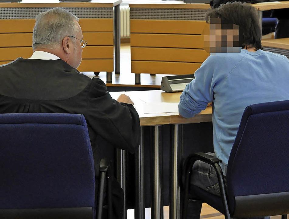 Strafverteidiger Dieter Gröning und se...dem dritten Prozesstag am Donnerstag.   | Foto:  ras