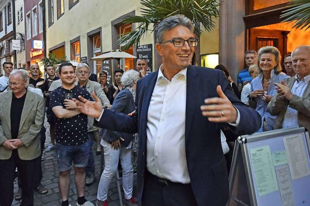 Salomon mit seinen Unterstützern am Abend des ersten Wahlgangs vor der Harmonie    Foto: Michael Bamberger