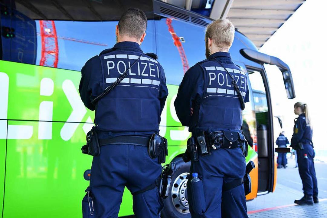 Mannheim: Polizisten stehen im Busbahnhof an einem Reisebus.  | Foto: dpa