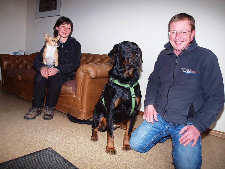 Petra und Thomas Bierer mit ihren Hunden     Foto: Michael Haberer