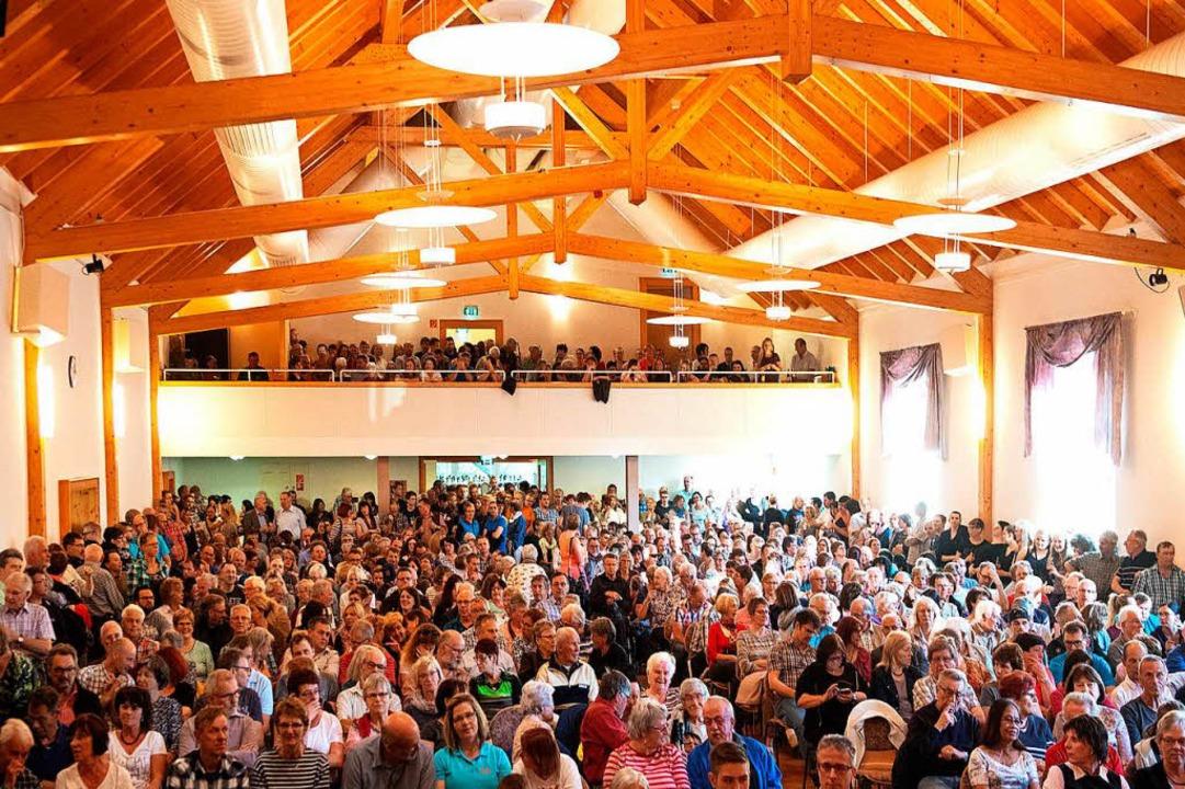 Mehr als 650 Besucher füllen die Festh... Bürgermesierwahl am Sonntag, 6. Mai.     Foto: Wolfgang Scheu
