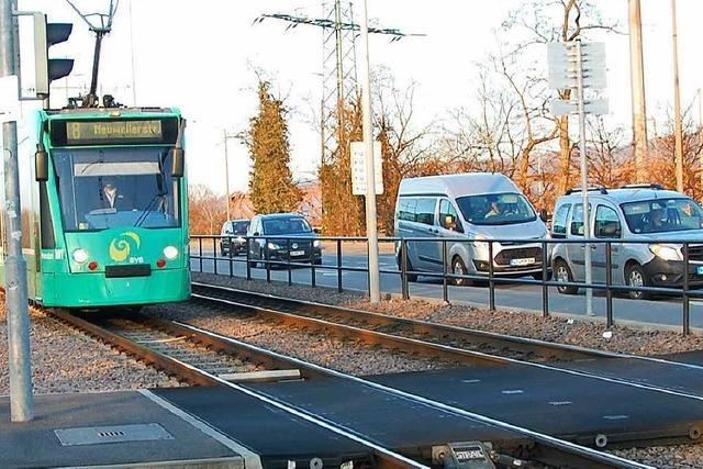 76-jähriger Radler fährt bei Rot und gerät unter die Tram Linie 8 - Krankenhaus