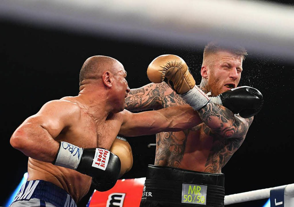 Arthur Abraham (links) boxt gegen Patrick Nielsen aus Dänemark.  | Foto: dpa