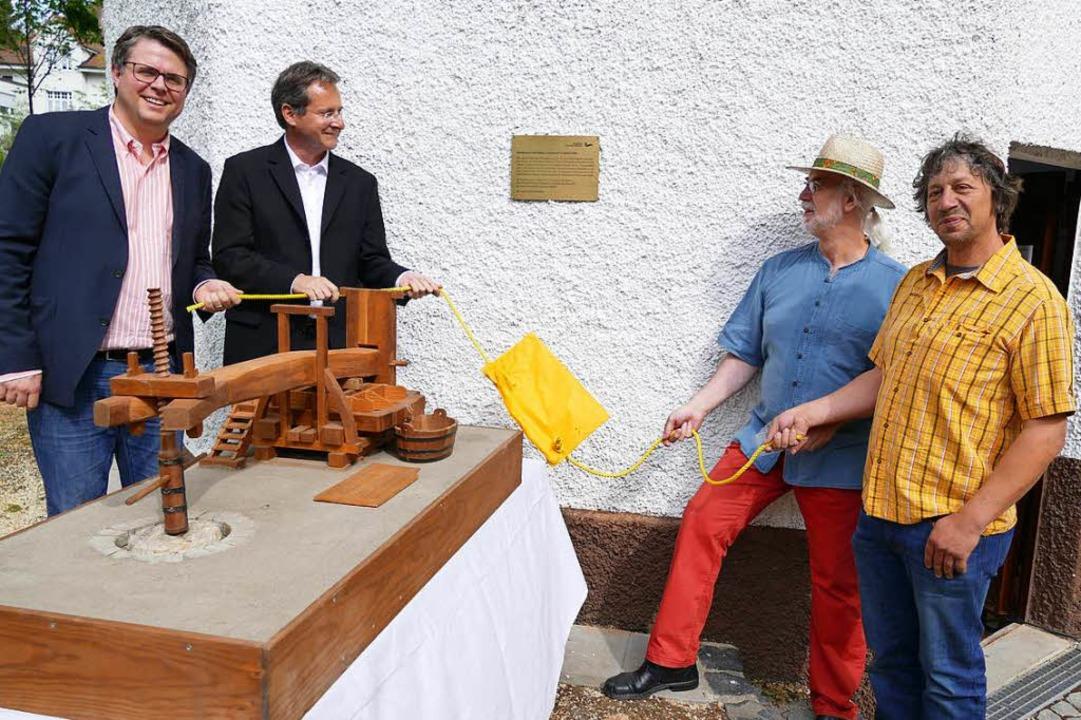 Tobias Benz, Cornelius Wittal, Kurt Pa...ks)  enthüllten eine Erinnerungstafel.  | Foto: Jochen Fillisch