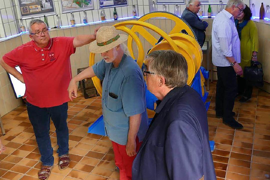 Kurt Paulus (mit Hut) erläuterte den Besuchern Einzelheiten der Ausstellung.  | Foto: Jochen Fillisch
