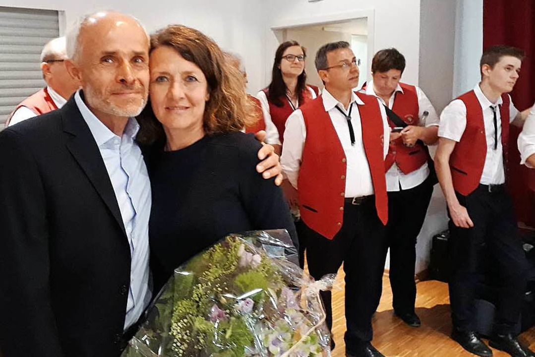 Gewinner im Glück: Mario Thomas Singer...glückliche Frau Susanne gab es Blumen.    Foto: Victoria Langelott