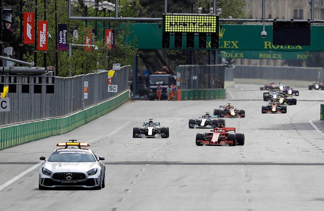 Sicherheit geht vor:  Hier müssen  Seb... Safty Car beim Rennen in Baku folgen.  | Foto: dpa