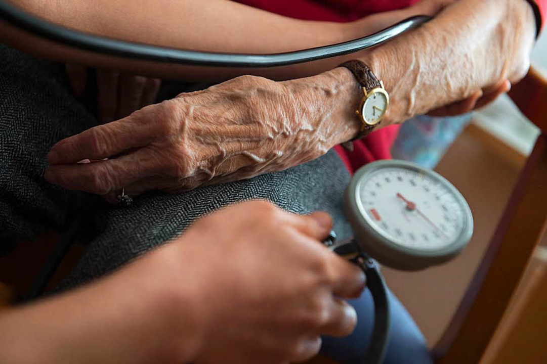 Im Bereich der Pflege herrscht Persona...hance, um gegenzusteuern (Symbolbild).  | Foto: dpa