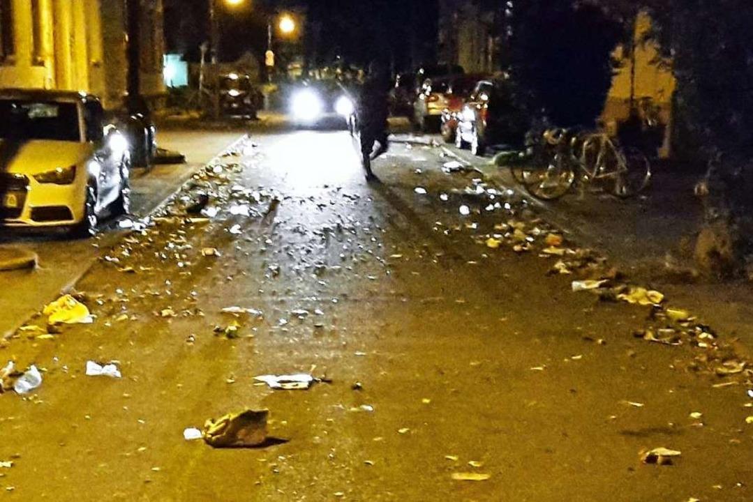 """Müll auf der Straße nach Ende der Feierlichkeiten """"Im Grün""""    Foto: BZ"""