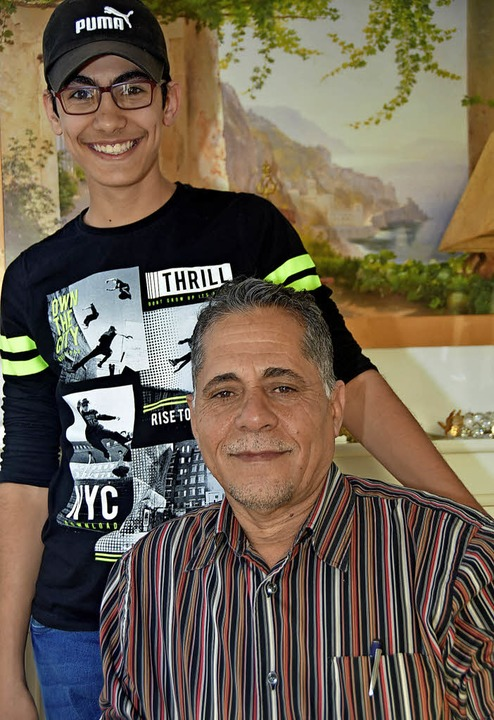 Nizar Taleikani ist Kalligraph, Maler,...alist, hier mit seinem Sohn Mohammed.   | Foto: Andrea Steinhart