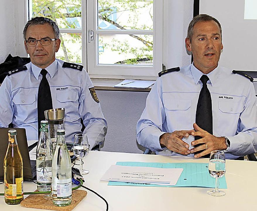 Polizeipostenchef Armin Zeller und Rev... hier in Gottenheim, Rede und Antwort.  | Foto: mario Schöneberg