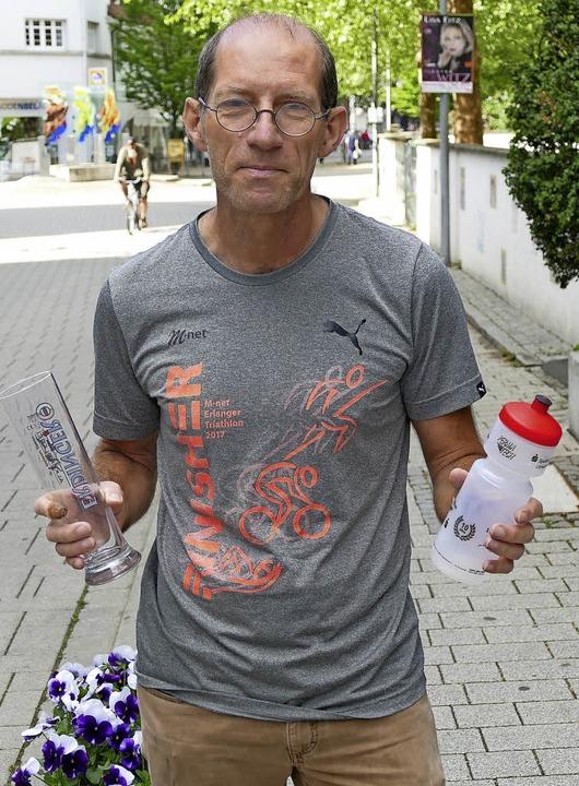 Hans Winzen mit Geschenken zur zehnten Triathlon-Auflage   | Foto: Bischoff