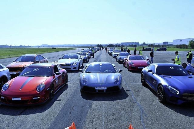 Die schnellsten Sportwagen bei Beschleunigungsrennen auf dem Lahrer Flugplatz