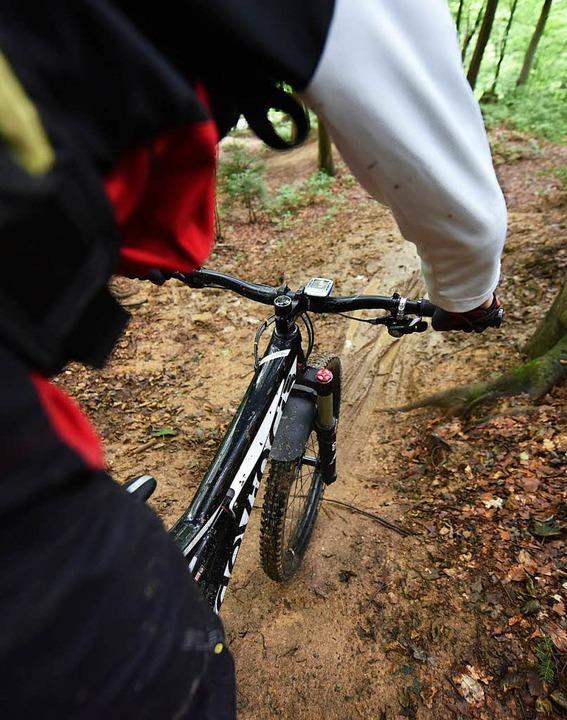 Die Frau sorgte für große Gefahr bei Mountainbikern am Kybfelsen.    Foto: dpa