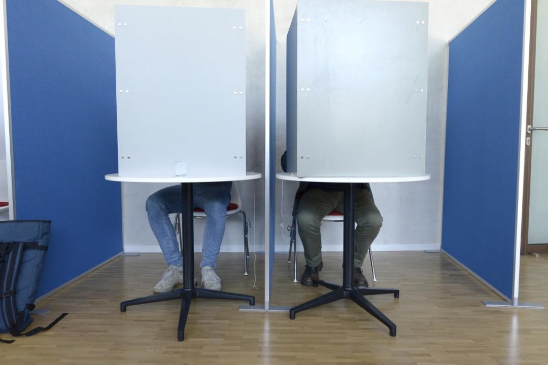 Im Wahlamt können Bürger die Briefwahl beantragen und gleich wählen.  | Foto: Ingo Schneider