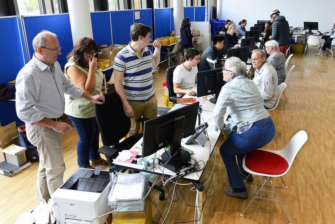 An zehn Schaltern bedient das Wahlamtsteam die Wähler.  | Foto: Ingo Schneider