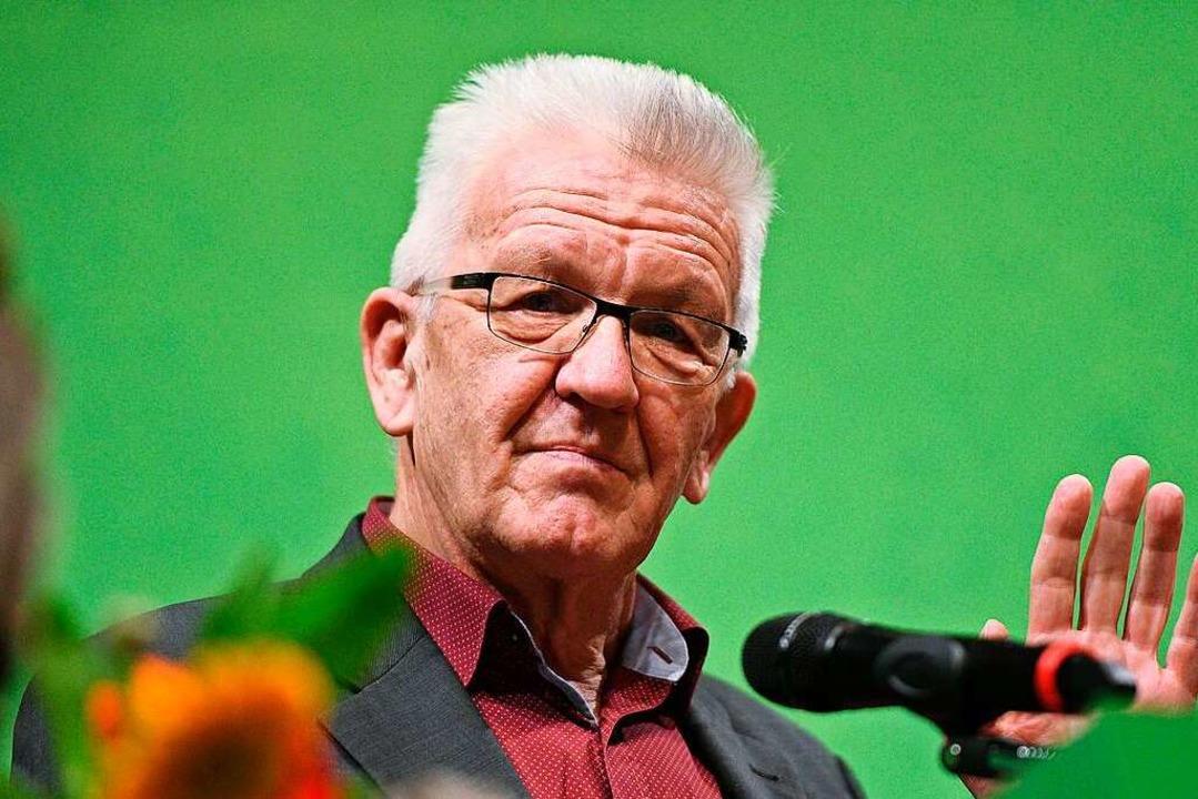 Kretschmann spricht auf dem Rathausplatz.  | Foto: dpa