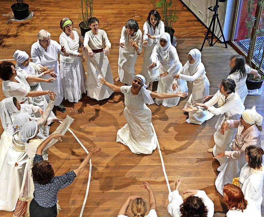 Verschiedene Kulturen in gemeinsamer Bewegung   | Foto: Barbara Ruda