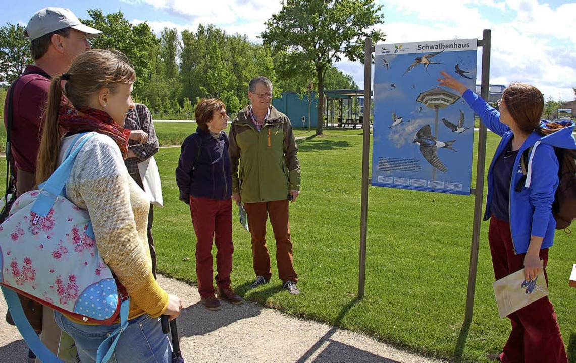 Katrin Opel (rechts) von der Nabu-Grup...m Seepark auf dem Gartenschaugelände.   | Foto: Wolfgang Beck