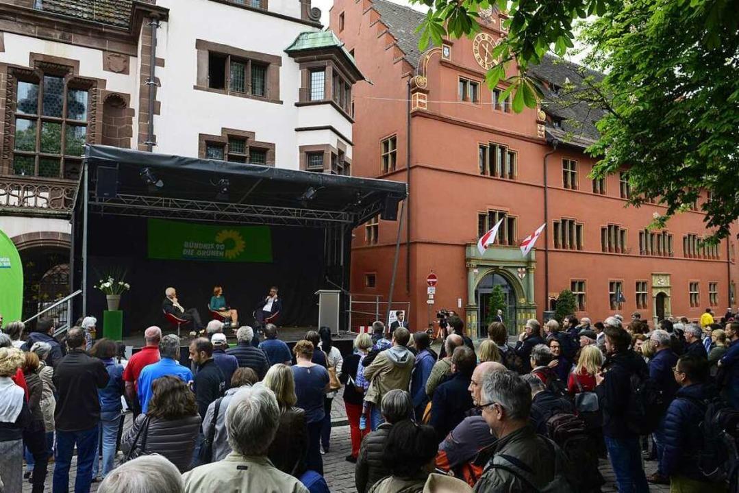 Wiederbewerber  Salomon mit Parteifreu...und  Kretschmann auf dem Rathausplatz   | Foto: Ingo Schneider
