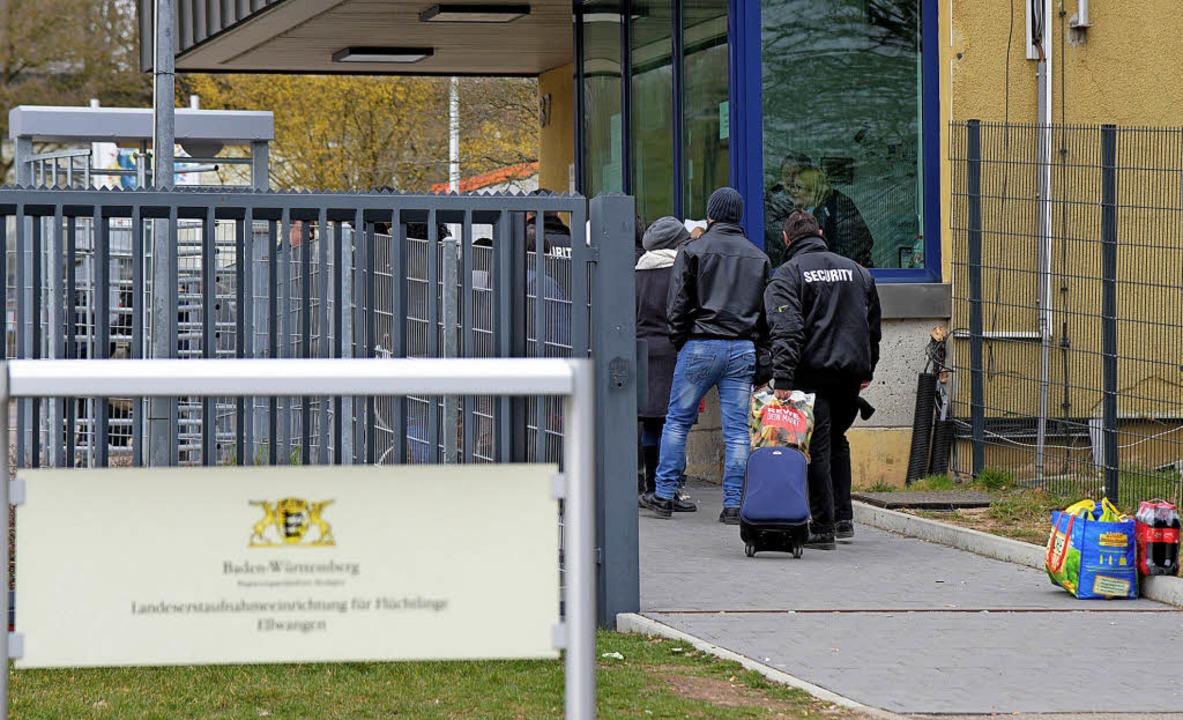 Sicherheitskontrolle in der Landeserstaufnahmeeinrichtung in Ellwangen  | Foto: dpa